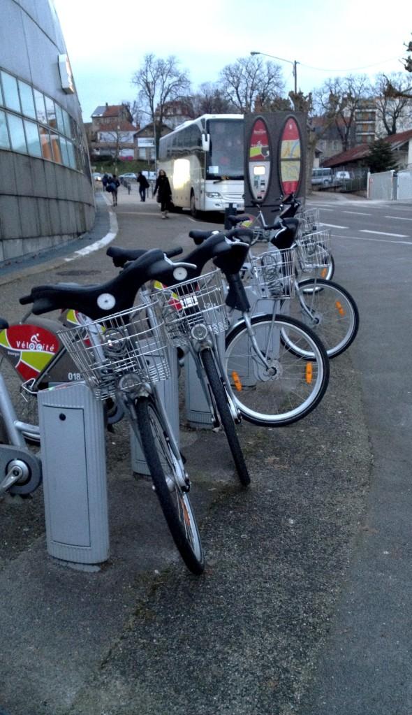Velocité - bikes que você pode alugar em diferentes pontos da cidade. Os primeiros 30 minutos são de graça. Só paga se usar por mais tempo.